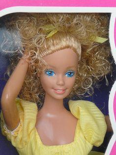 1982 magic curl Barbie Close-up