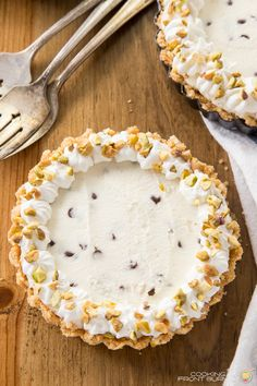 Cannoli Cheesecake No Bake. Mini No Bake Cannoli Cheesecake - no heating up the kitchen with this tasty Italian treat! Easy No Bake Desserts, Italian Desserts, Köstliche Desserts, Delicious Desserts, Dessert Recipes, Picnic Recipes, Cookbook Recipes, Holiday Desserts, Healthy Desserts