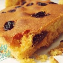 mpompota glukia me stafides (gluko kalampokopsomo) Fun Desserts, Dessert Recipes, Hoe Cakes, Middle Eastern Desserts, Greek Sweets, Homemade Sweets, Cooking Cake, Something Sweet, Sweet Bread