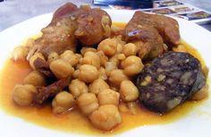 Esto que veis aquí son unos destrozos, un plato típico de Medina que se hace con manitas de cerdo, garbanzos, chorizo y morcilla...No cabe duda de que destroza cualquier dieta porque no vea como está la salsita, que lleva su mijita de picantito. Lo ponen en el Bar El Resbalón de Medina. Pincha en el enlace para leer el informe tapatológico y la receta. http://www.cosasdecome.es/8-descubrimientos-de-come/los-destrozos-del-bar-el-resbalon/