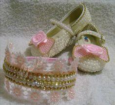 Lindos sapatinhos, sandálias, chupetas e acessórios para deixar sua princesa ainda mais linda... Tudo feito sob encomenda e personalizado...... do jeito que desejar.......  Somos de BIRIGUI, interior de SP - enviamos para todo Brasil Instagran: @coisasdakaluxinhos Facebok: www.facebook.com.br/coisasdaka