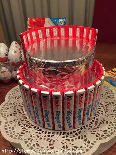 bekleben der einzelnen Dosen Ü-Eier-Torte