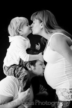 Studio family + pregnant photo | http://cutebabygallery.blogspot.com
