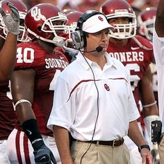 University of Oklahoma, 1999 thru current date. National Champions in 2000 and has won 7 BIG 12 titles to date. He will go down in history as one of the greatest college football coaches of all time. Ok Sooners, Oklahoma Sooners Football, Ou Football, College Football Coaches, College Games, College Game Days, Bob Stoops, Akron Zips, Boomer Sooner