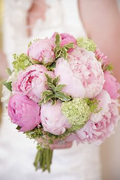 Neben diesem schönen Brautstrauß mit Pfingstrosen findet ihr in unserer großen Bildergalerie noch viele andere Brautstrauß-Beispiele!