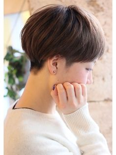 I suspect this is has an undercut. Chic Short Hair, Short Dark Hair, Asian Short Hair, Very Long Hair, Short Hair Cuts, My Hairstyle, Pretty Hairstyles, Ulzzang Hair, Androgynous Hair
