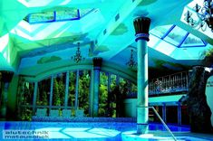 Ein auf den ersten Eindruck schlichtes klassisches Poolhaus überzeugt mit Sonderkonstruktionen aus dem Hause Matauschek. Die gebogene Bionium Fensterfassade ermöglicht einen Blick in die Natur und ist zugleich das Gesicht des Objektes. Zwei aufgesetzte Gaupen sorgen für mehr natürliches Licht und erzeugen innerhalb des Poolhauses noch zusätzlich ein Lichtspiel, welches durch Reflexionen erzeugt wird. Ein Badespaß in einem schönen Ambiente. Carports, Mansions, House Styles, Fun, Home Decor, Porch Roof, Room Interior, Windows, Modern Pool House
