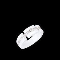 Sortija Ultra en oro blanco de 18 quilates, cerámica blanca y diamantes. Modelo mediano. - CHANEL