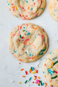 The BEST recipe for soft funfetti sugar cookies. They are chewy, dotted with sprinkles, and have an amazing buttery vanilla flavor. Festive and perfect for birthdays! Köstliche Desserts, Delicious Desserts, Dessert Recipes, Yummy Food, Yummy Snacks, Cinnamon Sugar Cookies, Chewy Sugar Cookies, Sprinkle Cookies, Funfetti Cookie Recipe