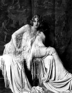 Alfred Cheney Johnston was a New York City-based photographer known for his portraits of Ziegfeld Follies showgirls as well as of actors and actresses from the worlds of stage and film.Johnston was born into Photo Vintage, Look Vintage, Vintage Glamour, Vintage Beauty, Retro Vintage, 1920s Glamour, Vintage Hair, Vintage Opulence, Vintage Romance