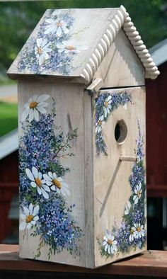 a small wooden bird house with napkins with chamomile Wooden Bird Feeders, Bird House Feeder, Glass Bottle Crafts, Bottle Art, Painted Mailboxes, Painted Birdhouses, Rustic Birdhouses, Homemade Bird Houses, Birdhouse Craft