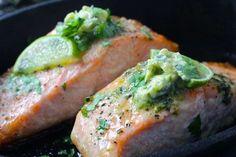 Ovnbagt laks med limesmør - opskrift på lækker hverdagsmad med laks Fish Recipes, Real Food Recipes, Yummy Food, Healthy Recipes, Healthy Food, Salmon Dishes, Fish Dishes, A Food, Food And Drink
