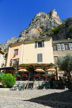 MOUB17 - Moustiers Sainte-Marie - Alpes de Haute Provence 04 Moustiers Sainte Marie, Valensole, Places Ive Been, Tent, Most Beautiful, Camping, Paris, Mansions, Country