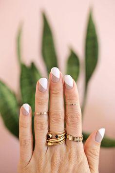Uñas con diseños minimalistas en color blanco y la mitad café