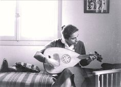 H Δόμνα παίζει ούτι τον Μάιο του 1959. Η φωτογραφία δημοσιεύεται πρώτη φορά.