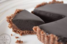 Only takes 8 ingredients and 10 minutes to make these rich, delicious tarts that are paleo, vegan, and raw. Enjoy them anytime, no special occasion needed
