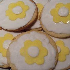 Σας ευχαριστώ πολυ όλους για τις ευχές σας! Θα σας κερνούσα ένα μπισκότο αλλά τα εξαφάνισαν όλα το πρωί στη δουλειά! #namedaycelebration #celebratingatwork #instacookies #sugarpastecookies #daisycookies