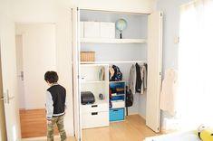 """좋아요 9,066개, 댓글 59개 - Instagram의 おさよさん(@osayosan34)님: """"#2年生 #小学生 #男の子 #子ども部屋 2018.2.7 . 現在の息子のクローゼット。 この中で明日の教科書の準備から全部身支度が終わるようにまとめるようにしました。 .…"""" Kidsroom, Building A House, Interior, Closet, Stuff To Buy, Furniture, Home Decor, Instagram, Bedroom Kids"""