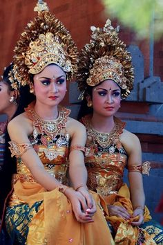 Bali dancers - an incredible sight and wonderful entertainment! Traditional Fashion, Traditional Dresses, Josephine Baker, Asian Woman, Asian Girl, Beautiful World, Beautiful People, Indonesian Art, Balinese