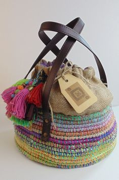 "Burlap + colors (colorful tassels) ""Berta Vergara Santos de www. My Bags, Tote Bags, Purses And Bags, Handmade Handbags, Handmade Bags, Crochet Purses, Crochet Bags, Abaya Mode, Craft Bags"