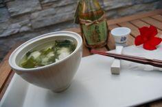 [ Sopa de miso ]  La sopa de miso es un plato básico en la comida japonesa. Es frecuente que te la sirvan durante las comidas como acompañamiento, en desayunos o cenas. Es habitual beber el contenido y comer los elementos sólidos con la ayuda de palillos.