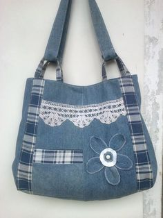 Risultati immagini per Sew tote bag from recycled denim and upholstery Sacs Tote Bags, Denim Tote Bags, Denim Purse, Patchwork Bags, Quilted Bag, Denim Patchwork, Bag Quilt, Blue Jean Purses, Denim Crafts