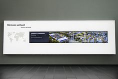 Digital Signage im Hörmann Forum: In hinterleuchtete Prints integrierte Videowall. (komma,tec redaction)
