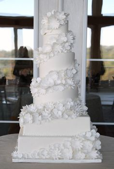 We love how fresh this cake looks. Making your cake monotone adds a sophistication. From Bobbette #wedding #cake #white