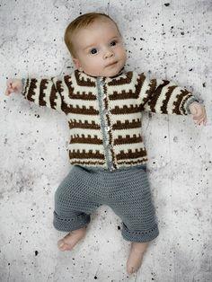 Modellen er strikket i Fino Organic Wool+Nettles (30% nældefiber + 70% økologisk uld). [url=http://www.onion.dk/no-4-organic-wool-nettles/ target=_blank]KLIK HER for at se alle farver i garnet[/url] (åbner i ny fane, som kan klikkes væk igen). Baby størrelse: 3 (6) 9 mdr. Overvidde model: 49 (53) 57 cm Lgd. (skulder-bund): 29 (30) 33 cm Garnforbrug: fv.801 hvid 1 (2) 2 ngl. fv.803 brun 1 (2) 2 ...