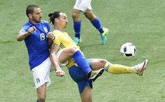 Italy's defender Leonardo Bonucci (L) vies with Sweden's forward Zlatan Ibrahimovic during the Euro 2016 group E football match between Italy and Sweden at the Stadium Municipal in Toulouse on June 17, 2016.  / AFP / Pascal PAVANI