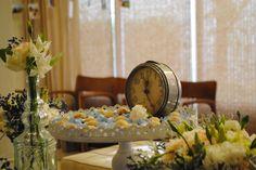 Despertador vintage em decoração de mesa do bolo em casamento em casa na cor do ano da pantone de 2016: Serenity blue.