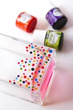 A fast DIY dresses up a vase with colorful dots. A cute way to present that mother's day bouquet! - I wonder if it would work with nail polish Cute Crafts, Easy Crafts, Diy And Crafts, Cool Ideas, Craft Gifts, Diy Gifts, Vase Design, Do It Yourself Wedding, Creation Deco