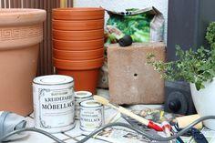DIY-Kräuterturm aus Tontöpfen für den Balkon - Kräuterturm selber bauen - Tontöpfe bemalen und Kräuter einpflanzen - Selbstgebauter Kräuterbalkon