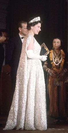 How beautiful HM Queen Elizabeth II, appeared in this full-length gown. Die Queen, Hm The Queen, Royal Queen, Her Majesty The Queen, Save The Queen, Prinz Philip, Prinz Charles, Prinz William, Elizabeth Philip