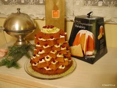 Το Pandoro είναι παραδοσιακό χριστουγεννιάτικο τσουρέκι σκέτο, ψημένο σε φόρμα με σχήμα αστεριού. Δεν έχει σταφίδες και γλασέ φρούτα που έχει το Panettone, το οποίο είναι επίσης χριστουγεννιάτικο τσουρέκι σε μορφή στρογγυλής μπόμπας. Είχα δει αυτήν την συνταγή στο περιοδικό Taste Italia. Όταν πήγα πέρσι στον ΑΒ, να αγοράσω το Pandoro, δεν υπήρχε ούτε ένα. …