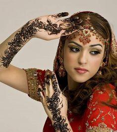 Henna Tattoo – Romantisch Motive mit Glitzersteinen auf Hand und Armen