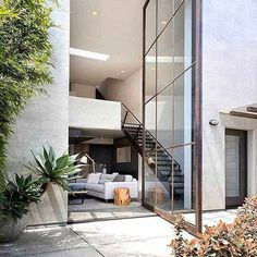 Doors for days 😳 and days, and days.... This towering steel and glass pivoting door is just one of the epic features you'll find in this award-winning Californian pied-à-terre 🙌 Designed by Mark Kirkhart of DesignARC via @meandmybentley. #interiorinspo #window #architecture #architecturelovers #archidaily #architecturaldesign #pivotingdoors #dreamdoors