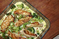 Cremet kyllinge- og broccolifad 2 portioner * 2 kyllingebryster (ca. 3-400 g) * 1 broccoli * 1 æg * 2 dl piskefløde * 1 dl creme fraiche (jeg brugte 18%) * 1 tsk herbamare urtebouillon (eller anden bouillon) * 1-2 tsk sambal oelek (jeg brugte 1 spsk og det blev meget stærkt!) * smør til stegning * salt Forvarm ovnen til 200º varmluft. Skær kyllingebrysterne i tre stykker hver på langs. Steg dem på en pande i smør, til de er gyldne på begge sider. De skal ikke