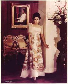 "IMELDA MARCOS at the peak of her beauty and power wears a Joe Salazar signature ""terno. Philippines Dress, Philippines Fashion, Philippines Culture, Ferdinand, Modern Filipiniana Dress, Filipiniana Wedding, Filipino Fashion, Filipino Culture, Filipina Beauty"