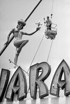 1966 - Pianist Liberace uses a Tiki torch to symbolically light a replica of his trademark candelabra, held by the rotating female statue atop the Sahara Hotel billboard on the Sunset Strip. The location was directly in front of the Chateau Marmont. Nevada, Las Vegas City, Vegas Casino, Vintage Photographs, Vintage Photos, Vintage Neon Signs, Old Signs, Googie, Historical Photos