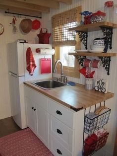 Best Tiny House Kitchen and Small Kitchen Design Ideas With some smart use space, a tiny kitchen can be a just as welcoming and pleasurable location to spend time. tag:tiny house kitchen design ideas, tiny house kitchen cabinets and storage, tiny hous Diy Kitchen Storage, Kitchen Shelves, Kitchen Cabinets, Kitchen Island, Open Shelves, Kitchen Appliances, Red Cabinets, Window Shelves, Corner Shelves