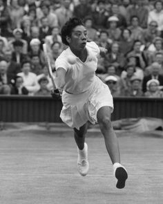 Althea Gibson - World champion Tennis Ace who broke the color barrier in tennis. She is the first African American to win a Grand Slam and won a total of 5 Grand Slams in her illustrious career. Gibson was also a professional golfer History Icon, Women In History, History Facts, Black History, American Athletes, Female Athletes, Women Athletes, Althea Gibson, American Tennis Players