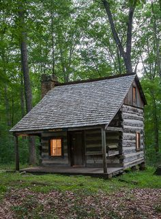 Spectacular Concepts to create your dream log cabin in the woods or next to a creek. A peaceful environment to escape from our fast pace life. Small Log Cabin, Tiny House Cabin, Little Cabin, Log Cabin Homes, Cozy Cabin, Little Houses, Log Cabins, Wooden Shack, Cabin In The Woods