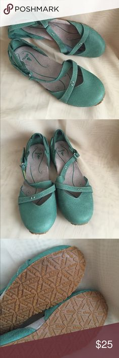 NEW AHNU NEW.  No box AHNU tullía. ahnu Shoes Flats & Loafers