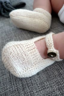 Handmade by GEERTSEN: Strikkede babysko Knitting For Kids, Knitting For Beginners, Baby Knitting Patterns, Free Knitting, Baby Barn, Knit Baby Booties, Diy Crochet, Baby Sewing, Hobbies And Crafts