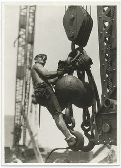 A worker riding on a crane hook ca. Empire State Building, New York, photo by Lewis Hine Empire State Building, World Trade Center, Lewis Wickes Hine, New York Landmarks, Fotografia Social, Eugene Smith, Great Depression, Vintage New York, Vintage Men
