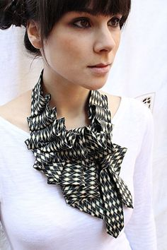 Ruffle scarf (made with men's tie) by lilian Asterfield on etsy - http://www.etsy.com/shop/lilianasterfield   (99€ qd même...)