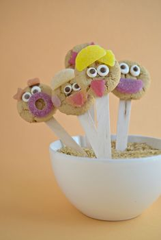 Fun-Faced Cookie Lollipops--a fun, no bake option to add to your child's school lunchbox!
