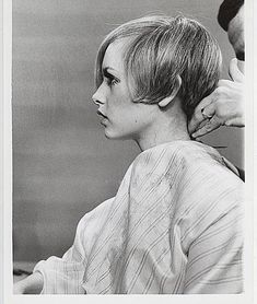 Details about US Marine Alex Kedzier gets a Haircut on the Front Lines in Korea Press Photo Pixie Hairstyles, Vintage Hairstyles, Cool Hairstyles, Haircuts, Wedding Hairstyles, Twiggy Haircut, Short Hair Cuts, Short Hair Styles, Patti Hansen
