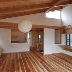 リビングダイニングからキッチンを見る。傾斜天井の上は屋上テラス。右はワークスペース  | 逗子KD邸<屋上段々テラスのある家>
